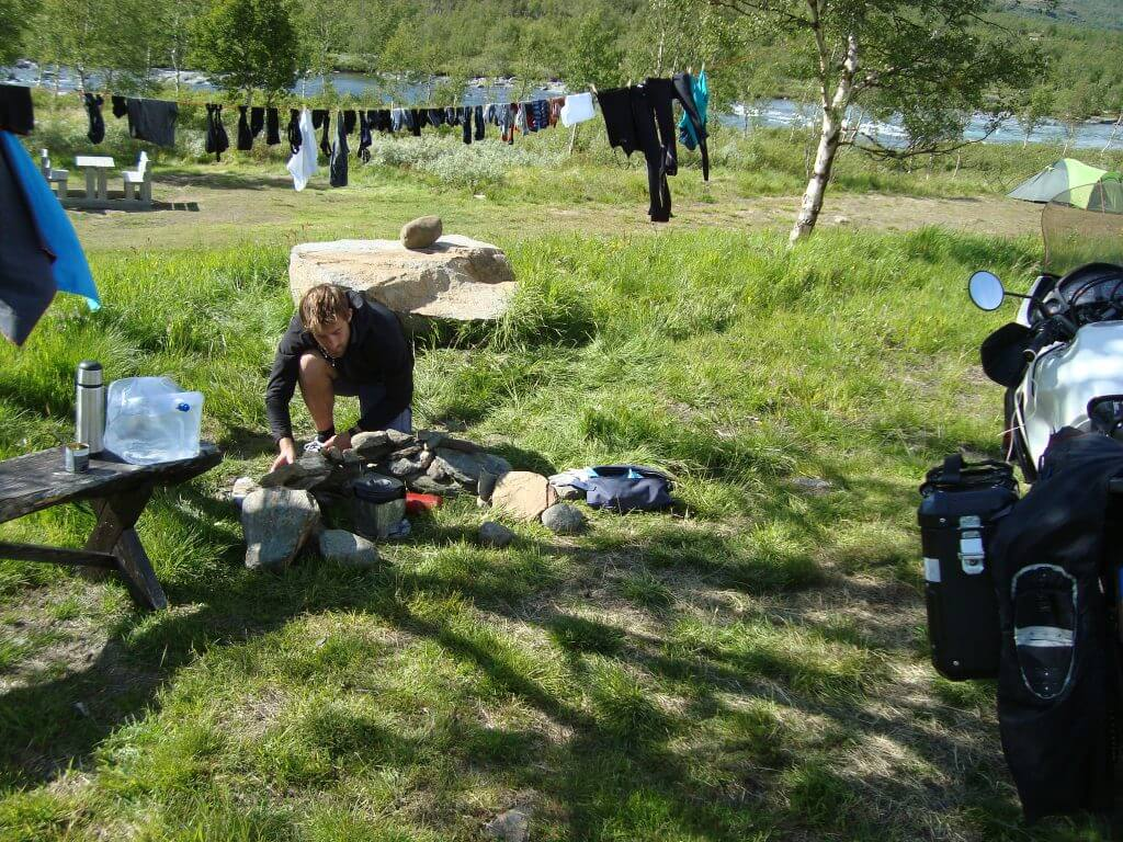 Installing a cooking place at our camping at Beseggen.